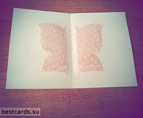 Приклеиваем бабочку по центру открытки